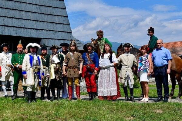 Z prijatia veliteľov zúčastnených vojsk u starostky obce Vavrišovo Ľubici Chlebovej – spoločná foto pred múzeom.