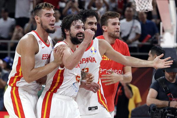 Basketbalisti Španielska v semifinále MS v basketbale 2019 proti Austrálii.