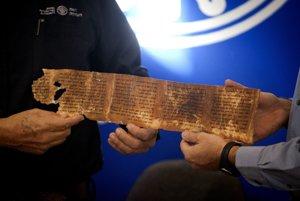 Izraelské úrady ukázali novinárom časť fragmentov zvitkov i naživo. Ich spracovanie prebiehalo v konzervačnom laboratóriu. Niektoré zvitky totiž museli výskumníci snímať zo zachovalých originálov.