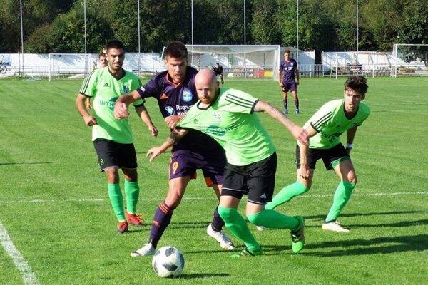 Košický útočník Predrag Radovanovič (v obkolesení hráčov Šarišských Michalian) nedohral pohárový duel kvôli červenej karte.