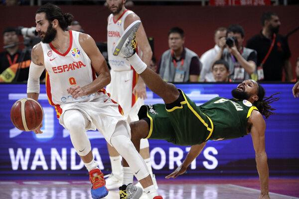 Ricky Rubio (vľavo) a Patty Mills v semifinálovom zápase MS v basketbale 2019.