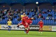 Eric Ramirez (hore) medzi hráčmi Senice v zápase FK Senica - FC DAC 1904 Dunajská Streda v 8. kole Fortuna ligy 2019/2020.