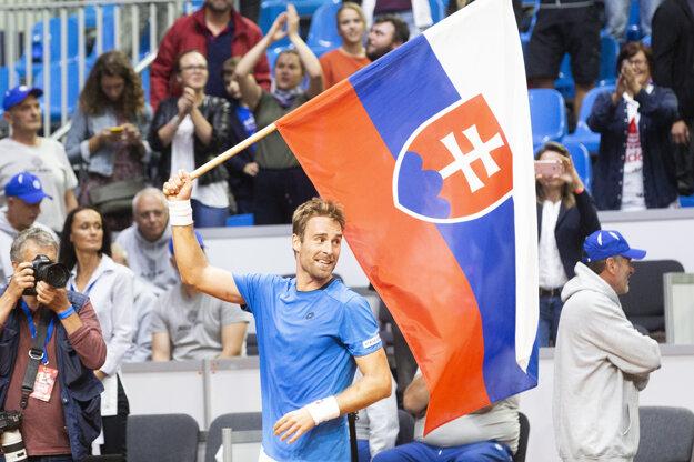 Radosť Norberta Gombosa po výhre nad Henrim Laaksonenom v dueli Davisovho pohára medzi Slovenskom a Švajčiarskom.