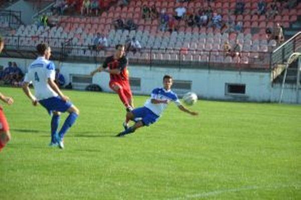 Pastorek (v červenom) dáva víťazný gól proti Šamorínu.
