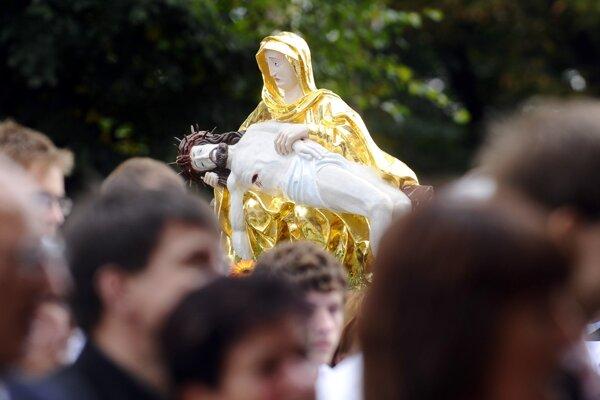 Socha Sedembolestnej počas púte v Šaštíne.