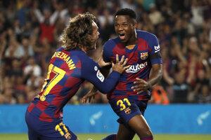 Ansu Fati (vpravo) oslavuje gól do siete Valencie.