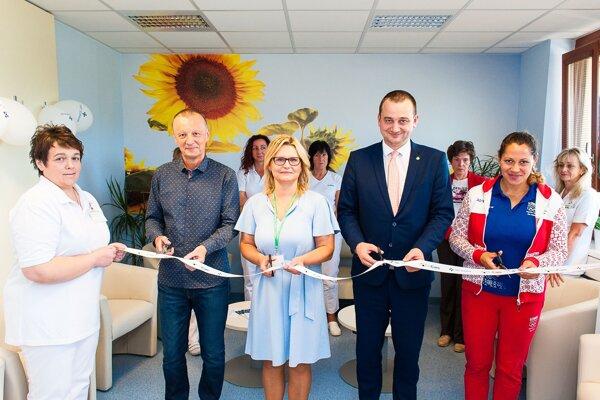 Pri strihaní stuhy zľava: Ivan Turčan – primár, Mária Hronská – riaditeľka Mammacentra, Martin Kultan – generálny riaditeľ Dôvery a Martina Gogolová.