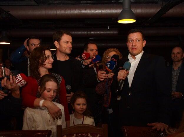Na snímke predseda hnutia OĽaNO - NOVA  Igor Matovič (v strede) s manželkou Pavlínou (vľavo) a dcérami a líder hnutia NOVA Daniel Lipšic vo volebnej centrále počas volebnej noci 5. marca 2016 v Bratislave.