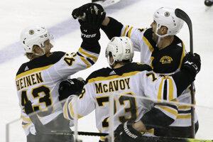 Charlie McAvoy (v strede) podpísal novú zmluvu s Bostonom Bruins.