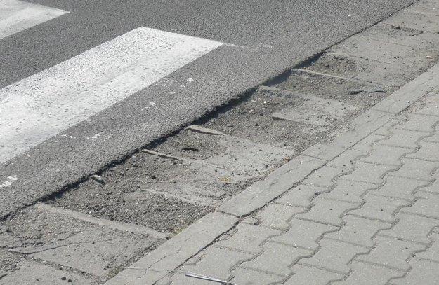 Vstupy na niektoré priechody pre chodcov sú plné jám.