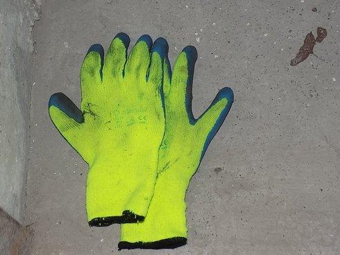 po-zlodejovi-ostali-jeho-rukavice_r7759_res.jpg
