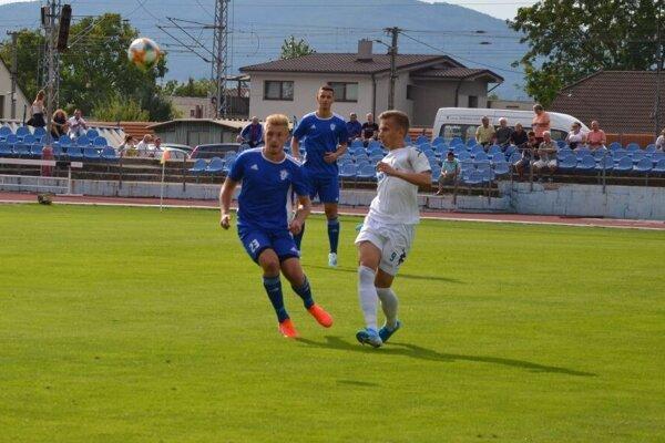 Róbert Štefánek (vľavo v modrom) rozhodol o dubnickej výhre.