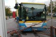 Tu sa autobus bez vodiča zastavil a ťažko zranil pod vozidlom zakliesnenú 42-ročnú cestujúcu.
