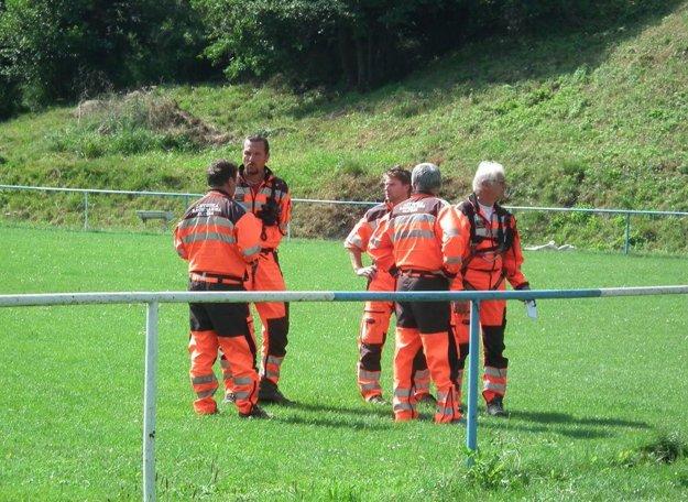 Záchranári boli v pohotovosti na ihrisku.
