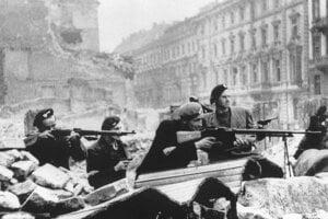 Poľskí odbojári počas Varšavského povstania na Mazowieckej ulici.