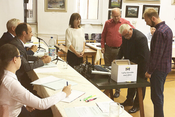 Poslanci kontrolujú odovzdané hlasovacie lístky pri voľbe hlavného kontrolóra.