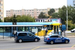 Zastávka električky, kde opitý cestujúci napadol vodičku električky.