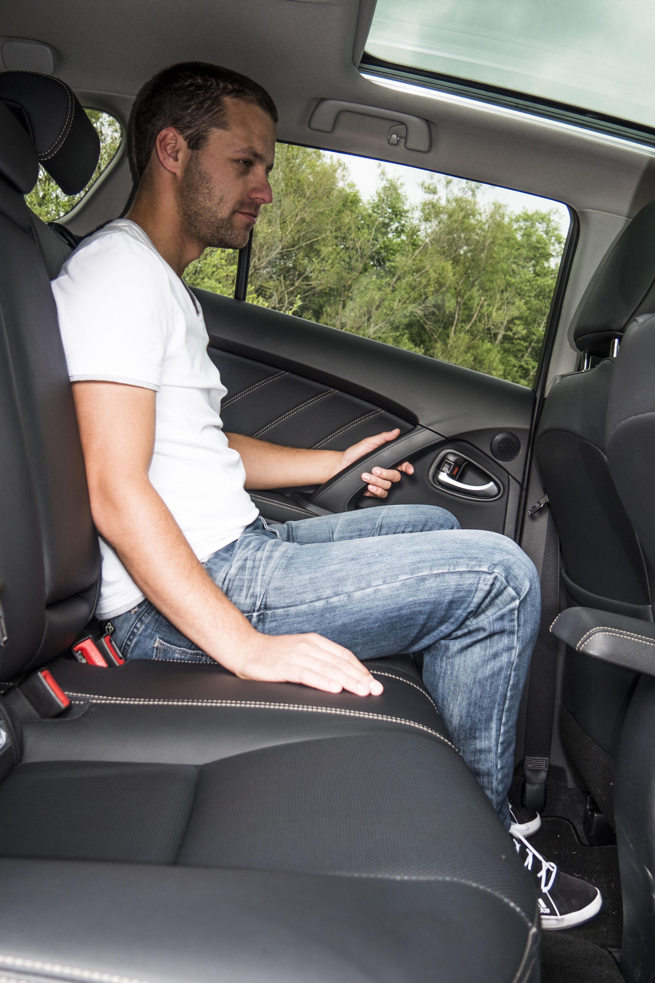 Miesta na sedenie vzadu je primerane. Pri otvorení lakťovej opierky však dostane pasažier, sediaci vzadu v strede, úder do kolena.