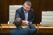 Pellegrini zostáva predsedom vlády. Opozícii sa nepodarilo získať dostatok hlasov na jeho odvolanie z funkcie.
