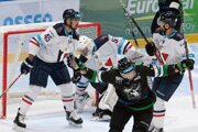 Václav Stupka (v popredí) sa raduje po strelení gólu počas stretnutia 3. kola Tipsport Ligy HC Slovan Bratislava - HC Mikron Nové Zámky.