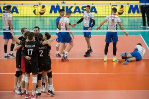 Radosť belgických volejbalistov a v pozadí slovenskí volejbalisti v zápase B-skupiny na ME vo volejbale mužov Slovensko - Belgicko.