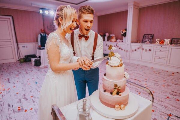Na svadbách bude môcť byť sto hostí.
