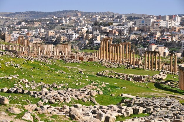 Ruiny v Jerash vedľa moderného mesta