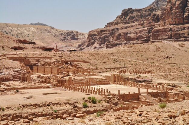 Petra a jej ruiny ukryté za kopcami