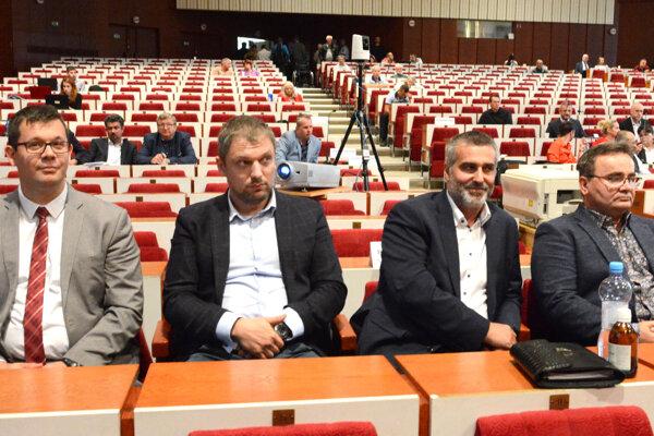 Na nové posty sa môžu tešiť (zľava) Peter Vrábel, Tomáš Petraško, obhájil ho Jaroslav Tkáč (vpravo) a Tomáš Kizek (druhý sprava) u poslancov nepochodil.