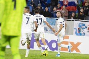 Hráči Slovana sa radujú po góle na 2:2.