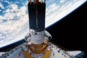 Vypúšťanie dôležitého komunikačného satelitu z raketoplánu Discovery.