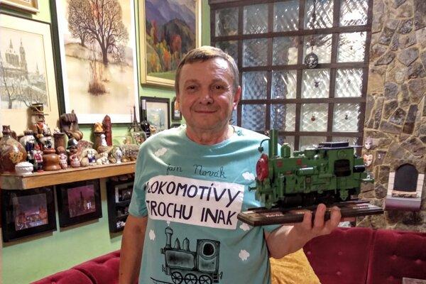 Ján Novák z Vajkoviec, ktorý z rôznych kovových súčiastok vyrába modely lokomotív, chrobákov a motýľov.