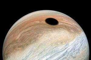 Tieň mesiaca Io na planéte Jupiter.