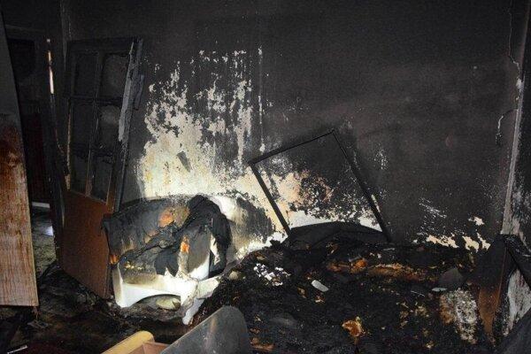 Pri požiari pomáhali aj policajti.