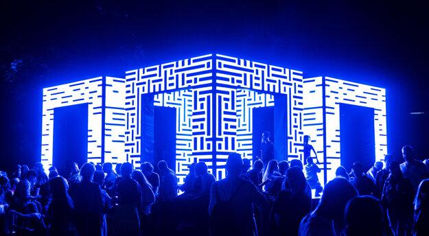 Použitá LED technológia umelcovi umožnila sústrediť sa na obsah.