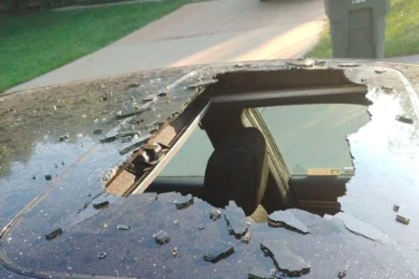 Nádoba so suchým šampónom vybuchla a rozbila strešné auto.