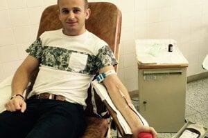 Erik Hanc pri jednom zo svojich odberov krvi.