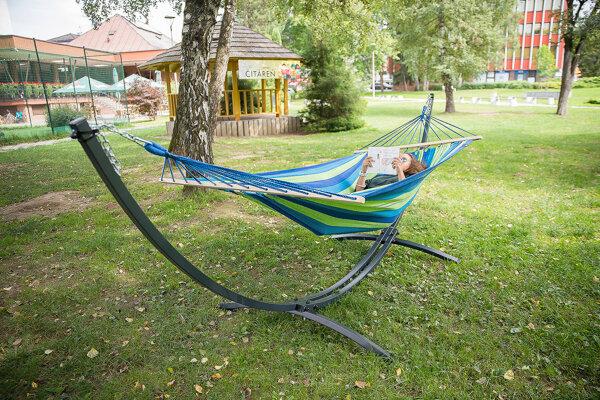 Takýto odpočinok v Parku M. Kukučína posyktovali závesné siete.