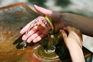 V areáli mestského cintorí-na vZlatých Moravciach pribudli nové fontány spitnou vodou.
