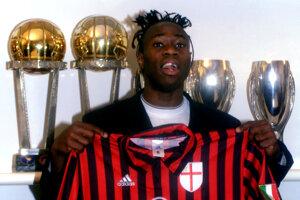 Nigérijský obranca Taribo West pózuje s dresom tímu A.C. Miláno.