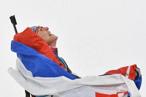 Slovenská biatlonistka Anastasia Kuzminová sa teší v cieli po zisku zlatej olympijskej medaily počas pretekov žien s hromadným štartom na 12,5 km na XXIII. zimných olympijských hrách v Pjongčangu.