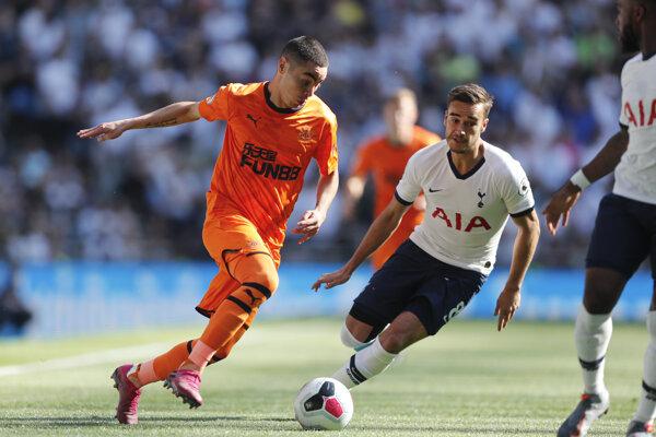 Miguel Almíron z Newcastlu (vľavo) v súboji s Harrym Winksom z Tottenhamu.