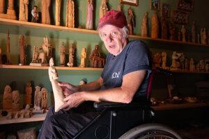 Dalo dokáže o sochách vo svojej galérii naivného umenia rozprávať neuveriteľné príbehy. V pozadí je dielo ľudového rezbára Jozefa Smutniaka.