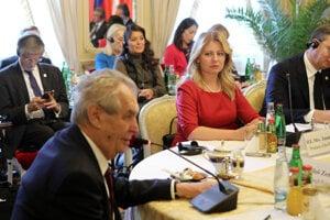 Slovenská prezidentka Zuzana Čaputová  a vľavo český prezident Miloš Zeman počas stretnutia prezidentov skupiny V4 v na zámku Lány v Českej republike.