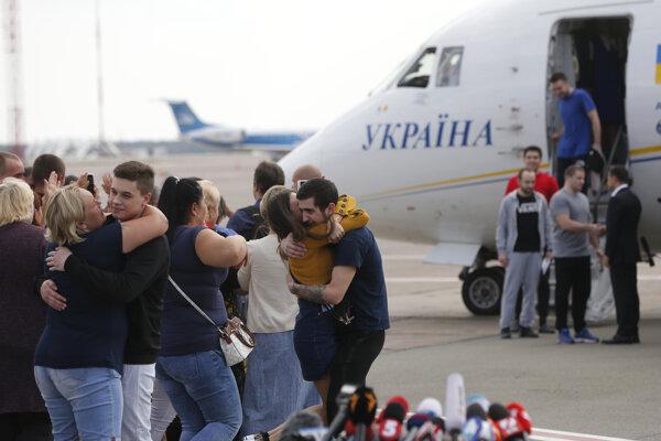 Príbuzní vítajú ukrajinských väzňov prepustených Ruskom po ich prílete na letisku Boryspil pri Kyjeve 7. septembra 2019.