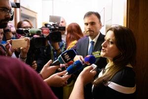 Natália Blahová hovorí s novinármi.