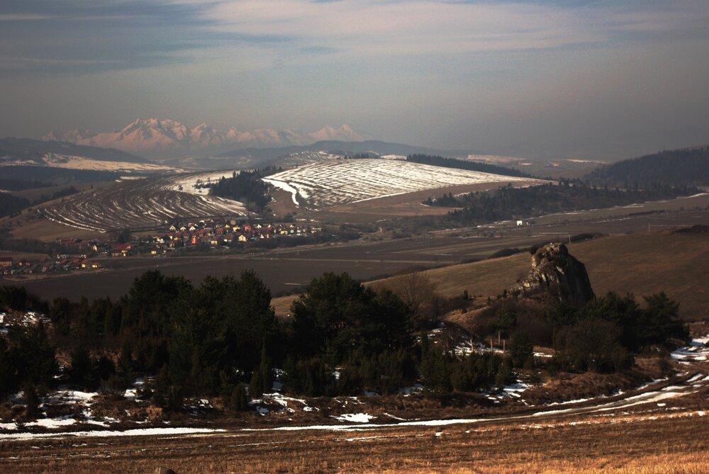 Bradlové skalky pri Údole, v pozadí Tatry.