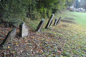 Telá neznámych ľudí, nájdených v katastri obce, pochovávajú na obecnom cintoríne v susedstve židovských hrobov.