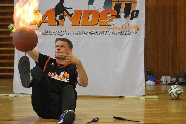 Martin Leco ovláda aj horiacu basketbalovú loptu