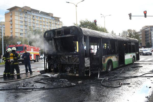 Autobus zostal po požiari zničený.